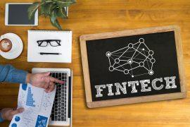 Un inversor observa los resultados de una startup Fintech